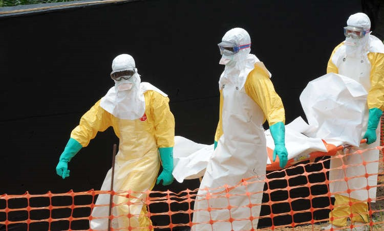 Medicine Sans Frontiers (MSF) doctors remove the body of a person killed by the Ebola virus - HeadStuff.org