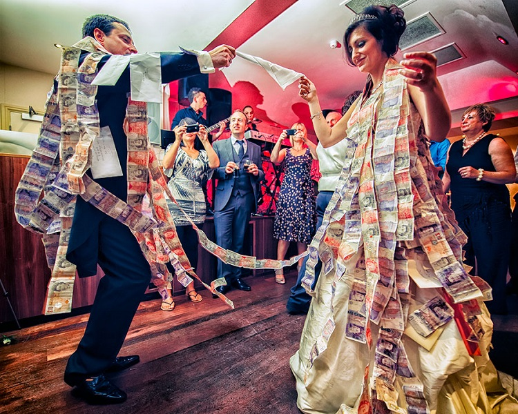 Wedding money | HeadStuff.org