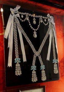 Le Collier de la reine - headstuff.org