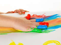 Child-finger-painting-hand
