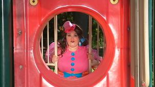Vidéo - Miss Topé découvre les formes à l'extérieur :Le cercle - une glissoire