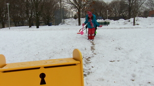 Vidéo - Outside in Winter: Shoveling A Path