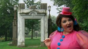 Vidéo - Miss Topé découvre les formes à l'extérieur : Le rectangle - un cadre de porte