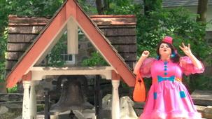 Vidéo - Miss Topé découvre les formes à l'extérieur : Le triangle - un clocher