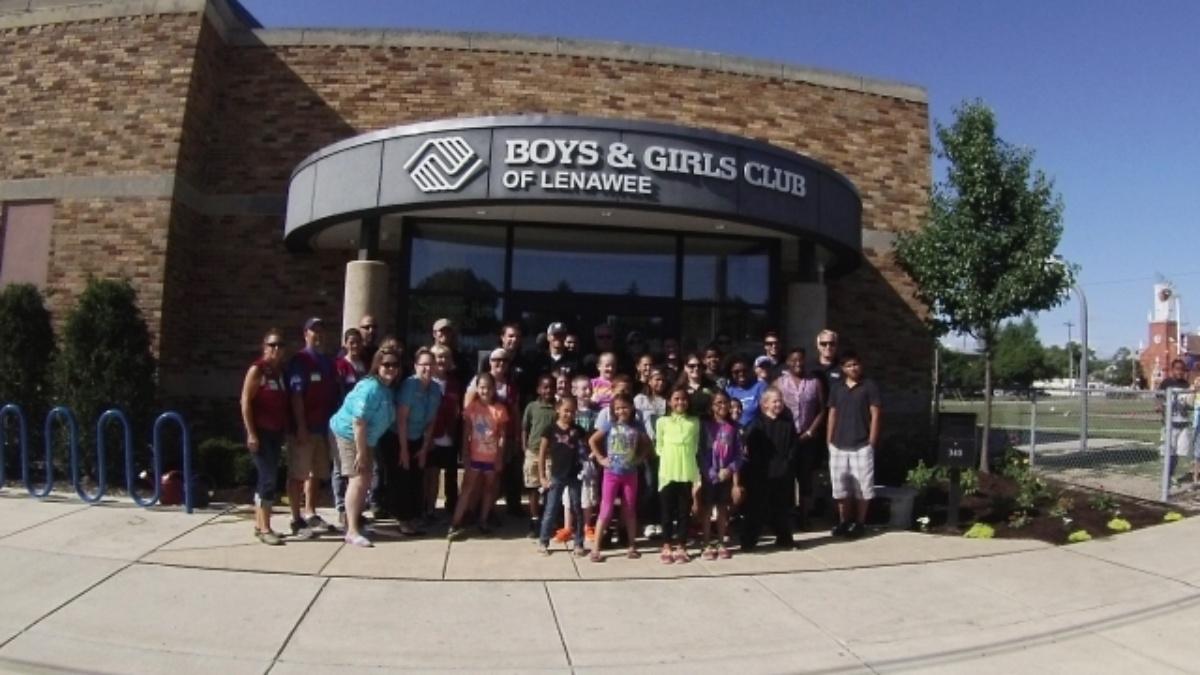 No. 48 Lowe's road crew helps beautify Boys & Girls Club