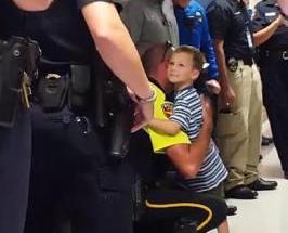 순직한 경찰관의 아들에게 20명의 아빠가 생겼다