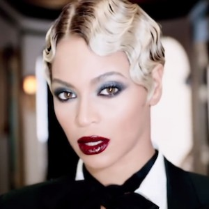 Beyonce's Album Sells 800,000 Copies & Breaks iTunes Record