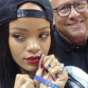 """Rihanna Donates $25,000 To LAPD After """"Selfie"""" Accident"""