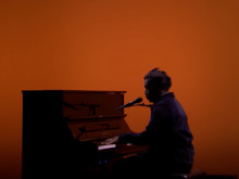 """Sampha Performs Chilling Rendition Of """"(No One Knows Me) Like The Piano"""" On """"Fallon"""""""