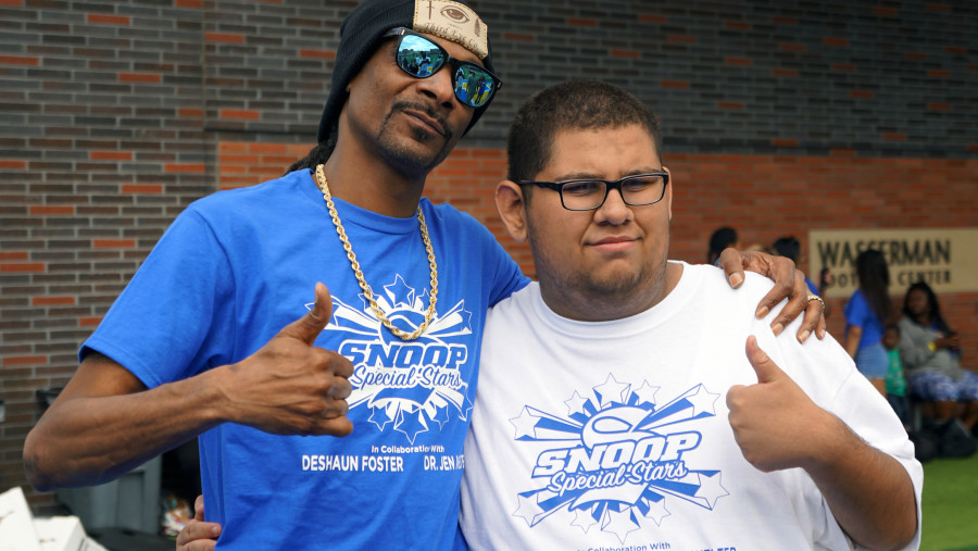 Snoop Dogg Dio Niños con Necesidades Especiales de La NFL Training Camp Experiencia