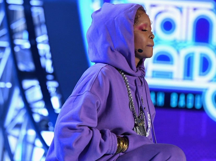 Erykah Badu has One Knee On Colin Kaepernick of the Honor In 2017 BET Soul Train Awards