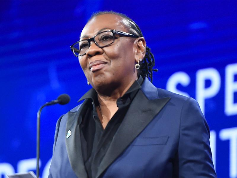 Gloria Carter Acepta GLAAD Premio En Nombre De JAY-Z