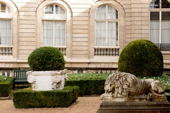 HiP Paris' guide to the elegant 8th district including affordable culture and restaurants.