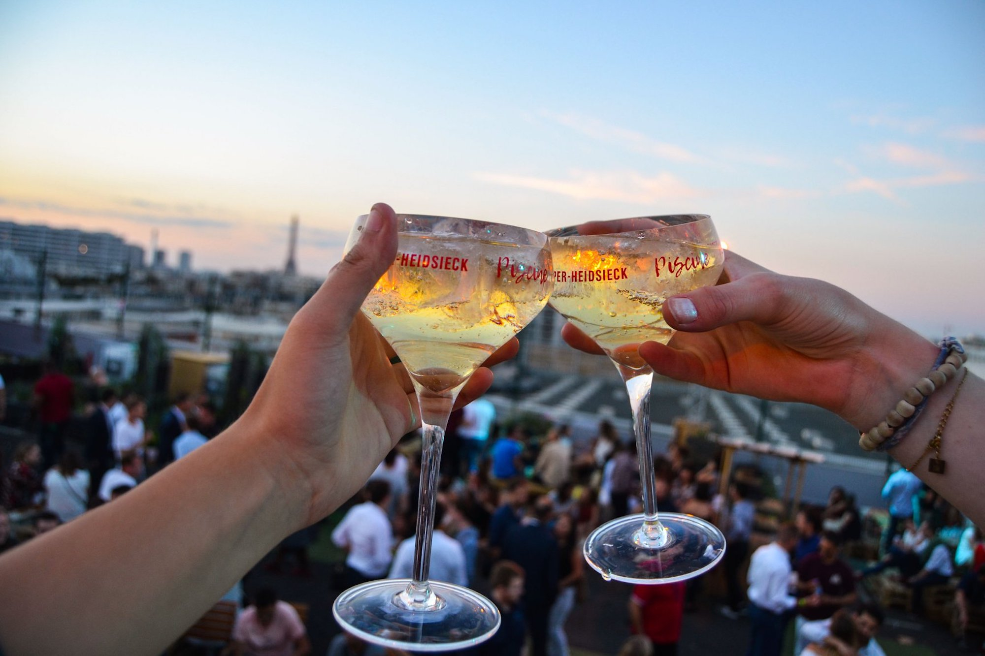 One of the best summer rooftop bars in Paris for drinks with Eiffel Tower views is le Jardin Suspendu.