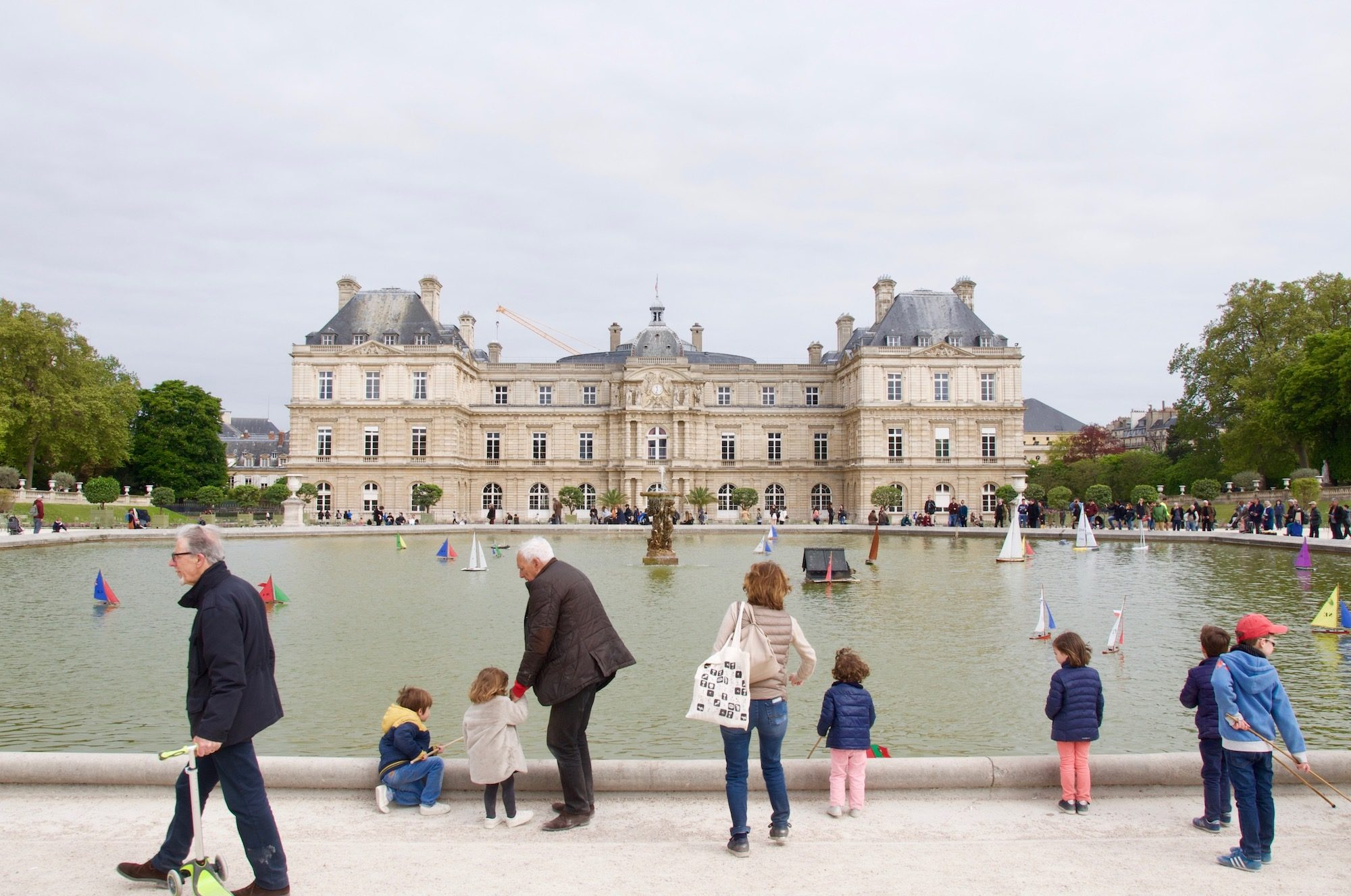 Traveling to Paris with babies is a breeze as there are lots of kid friendly things to do like go to the Jardin des Tuileries.