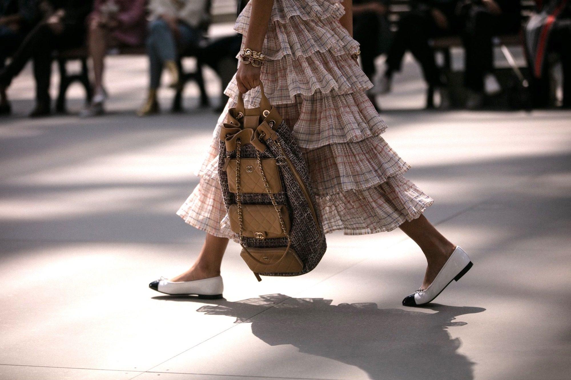 How to shop in Paris? We have some tips here, like where to buy the right outfit like this frilly skirt paired with a rucksack and pumps.