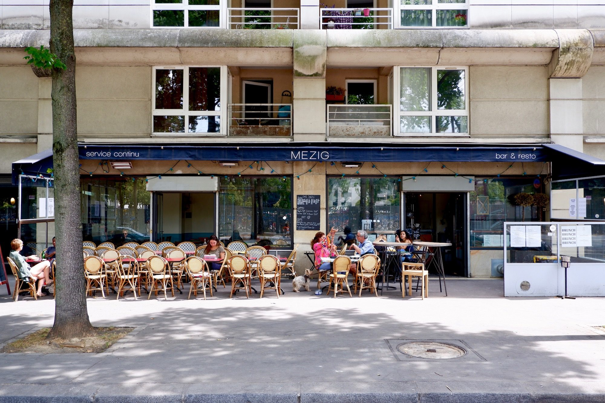 Mezig restaurant close to the canal in Paris with its sunny terrace.