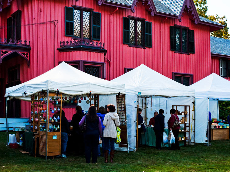 Craft vendors outside Roseland Cottage