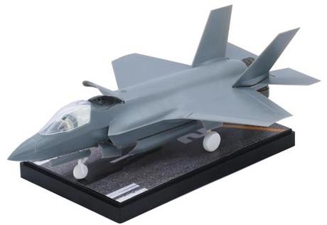 Fujimi F-35B Lightning II (VMFA-121) Special Edition (w/ Painted Pedestal)