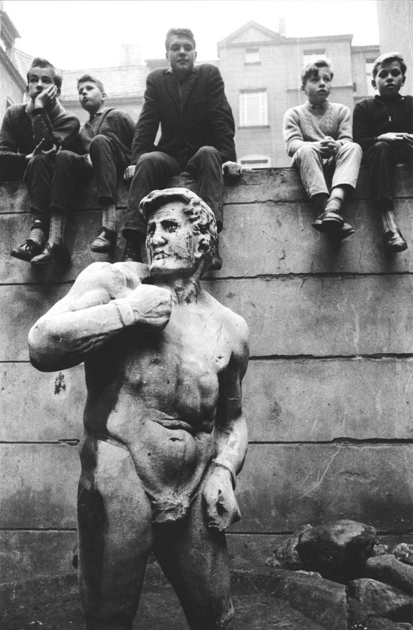 Jungs und Skulptur im Hunterhof Peschke Strasse, Berlin