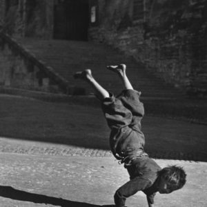 Garçon équilibrant sur ses mains, (Boy balancing on his hands)