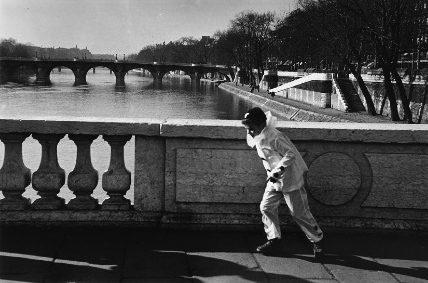 L'enfant déguisé en Pierrot (Pont sur la Seine, Paris)