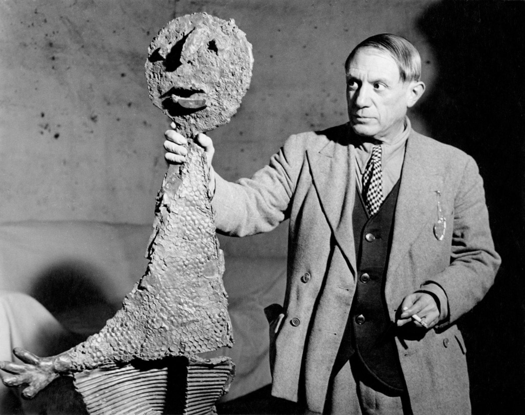 Picasso Tenant Une De Les Sculptures