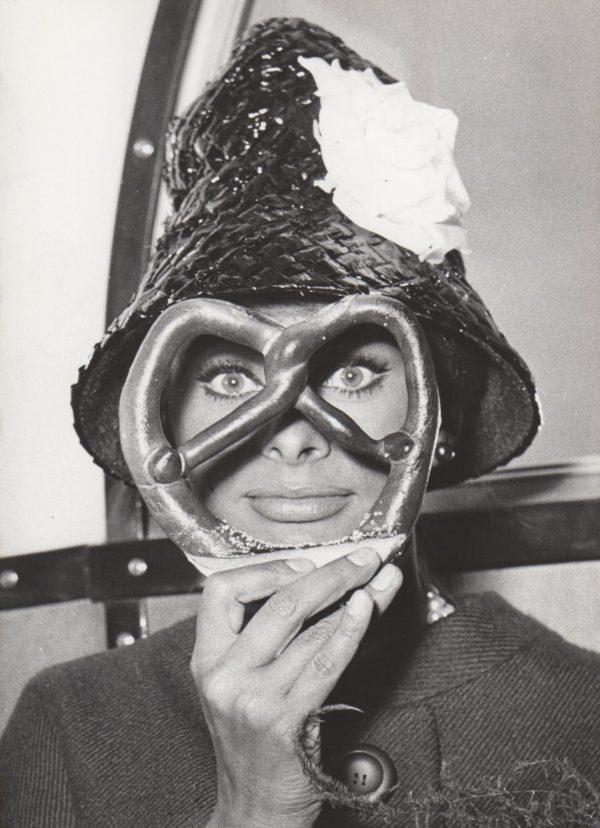 Keystone Press Agency, Sophia Loren Glance Through a Pretzel