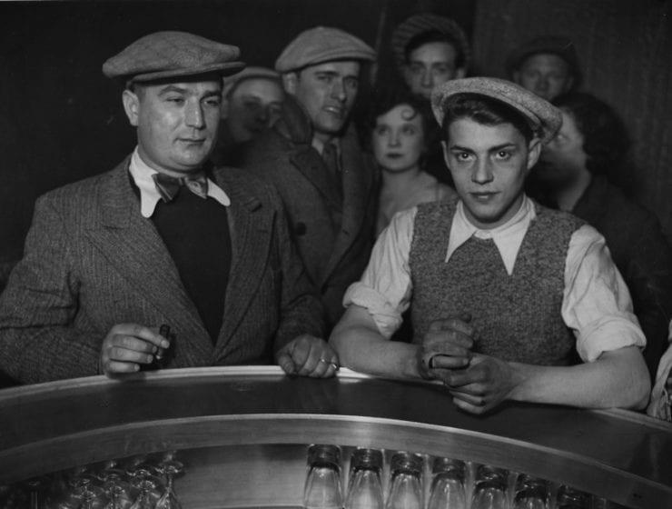 """Brassai (Gyula Halasz), Groupe d'Hommes, autour du """"Zinc"""" dans un bistrot, Rue de Lappe"""