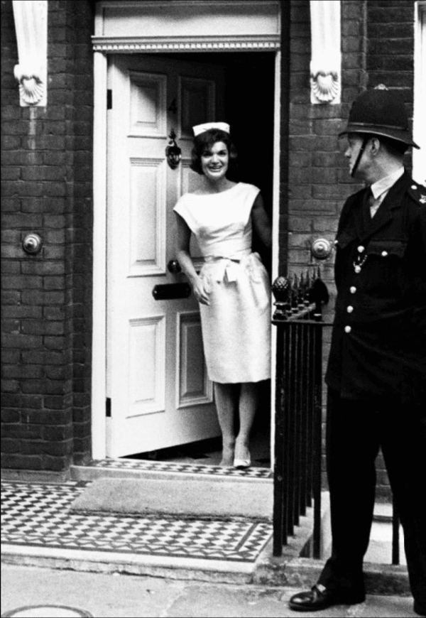 Harry Benson, Jackie in London (In the Doorway)