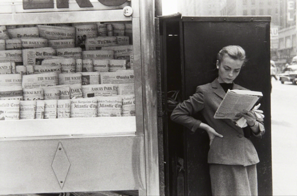 Louis Stettner, Elbowing, Out of Town Newstand
