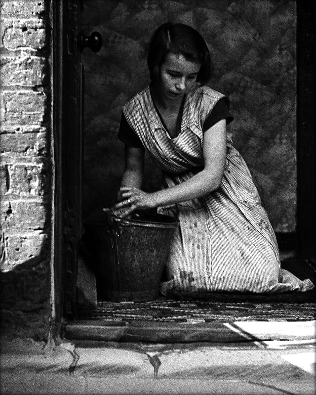 Bill Brandt, Young Housewife in Bethal Green