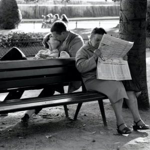 Sabine Weiss, Amoureux et Femme Lisant (Lovers and Woman Reading)