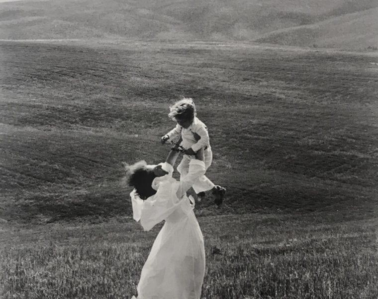 Edouard Boubat, Toscane (Femme tenant un enfant a bout de bras, Italie)
