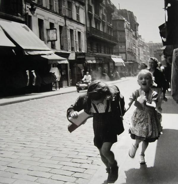 Louis Stettner, Girls Running, Rue des Martyrs