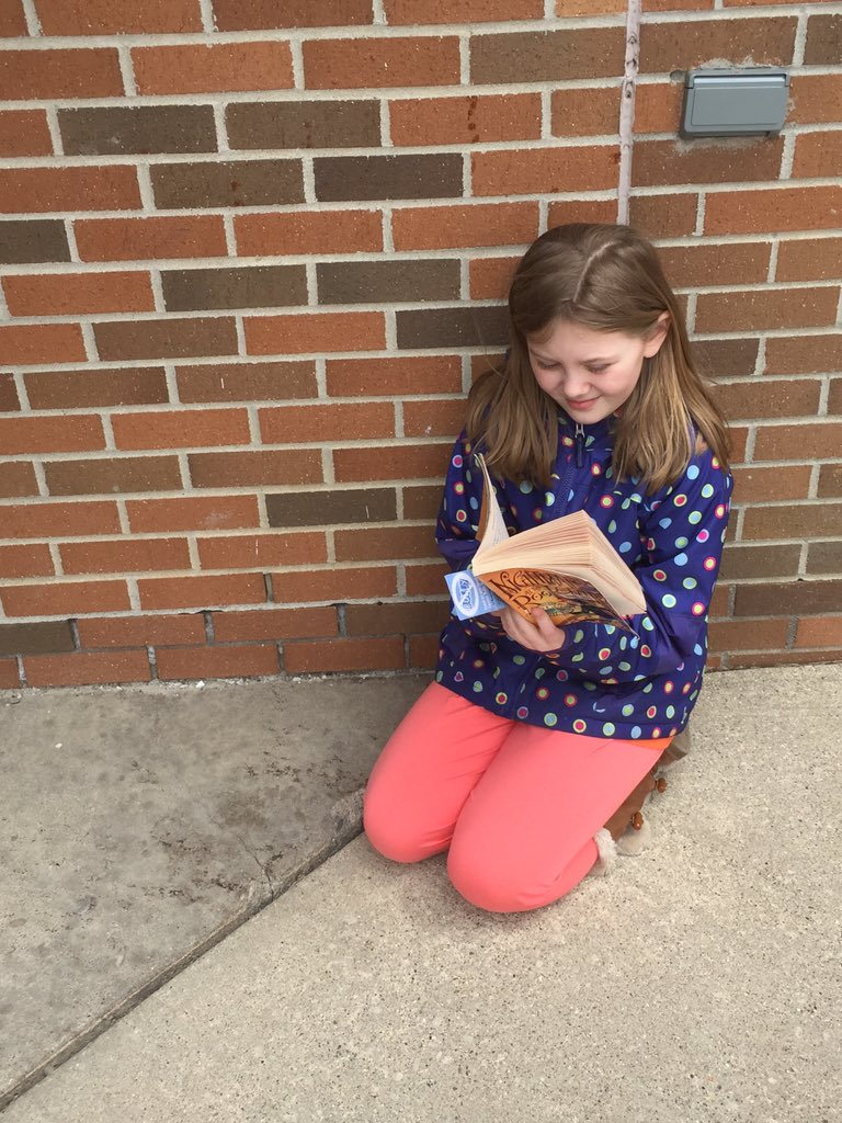@mrsgrun4th reading and blogging at recess 3