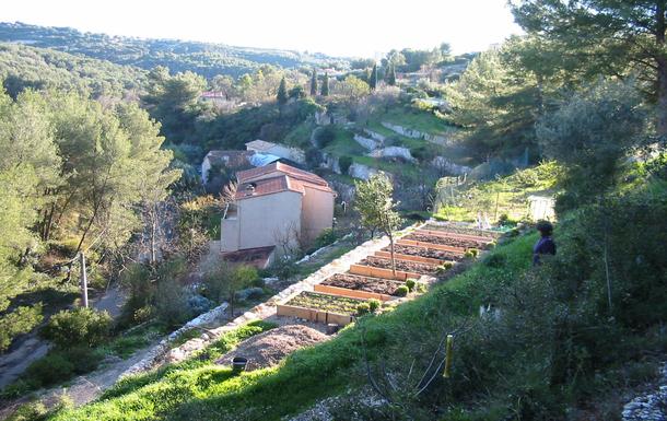 La maison vue du dessus nichée dans le vallon et l