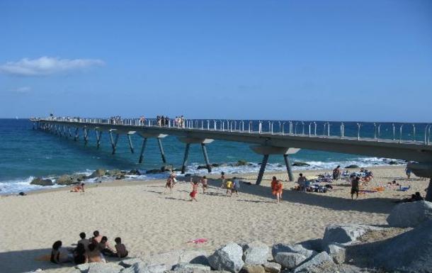 Home exchange in,Spain,Barcelona, 11k, N,Pont del Petroli beach (1 of Bdn 9 ones) and pier.