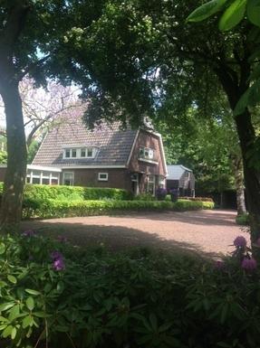 Vooraanzicht  van het huis en het atelier.
