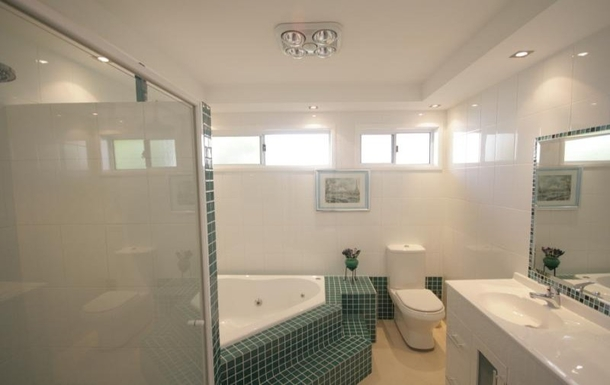 Home exchange in,Australia,LAKE HEIGHTS,main bathroom with shower and spa