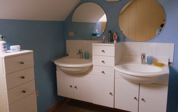 BoligBytte til,Belgium,Villers la Ville,bath and shower in aditional bathroom