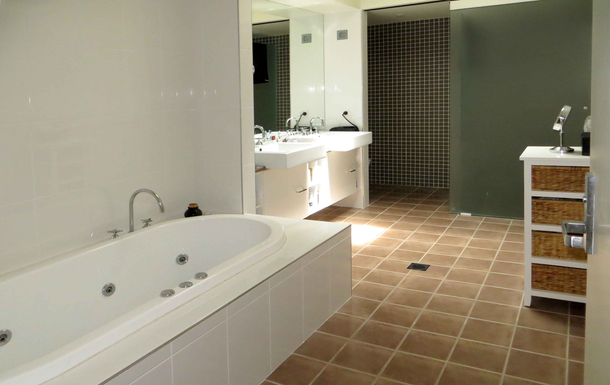 Home exchange in,Australia,COFFS HARBOUR,Large ensuite off main bedroom with spa bath