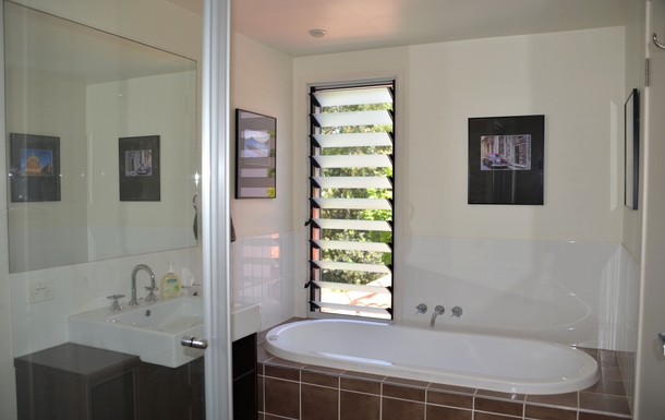 Home exchange in,Australia,COFFS HARBOUR,Main bathroom with bath and shower