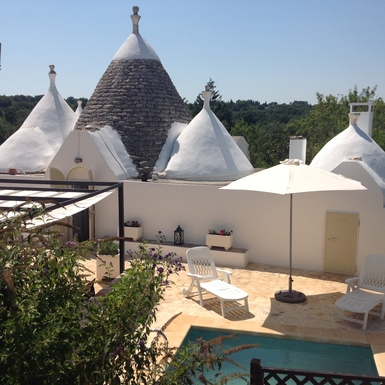 Trullo, plunge pool in foreground .....