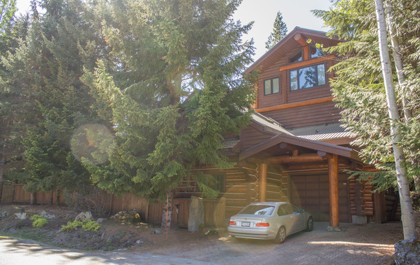 Beautiful and private log home in Whistler