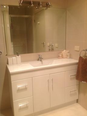 Home exchange in,Australia,BENALLA,Main Bathroom with shower in mirror (behind door)