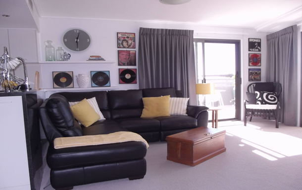 Home exchange in,Australia,Birtinya,Leather sofa with Recliner at the end on the right