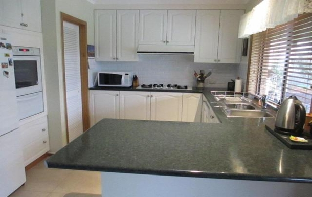 Home exchange in,Australia,BENALLA,Kitchen with walk-in pantry