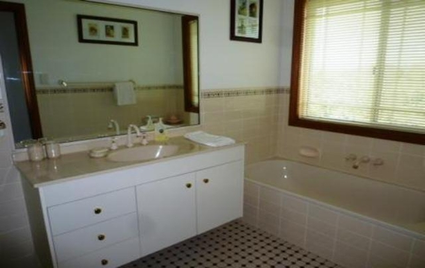 Home exchange in,Australia,SAMFORD VALLEY,Upstairs bathroom
