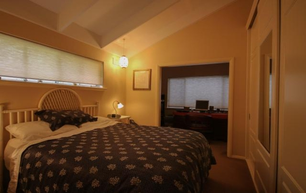 Home exchange in,Australia,LYNTON,Main bedroom with study nook at night